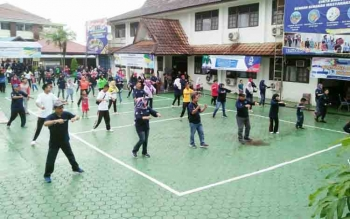 Ratusan orang mengikuti jalan santai dan senam massal yang diadakan Dinas kesehatan Kabupaten Barito Utara dalam rangka memeriahkan Hari Kesehatan Nasional ke-53, Minggu (12/11/2017)