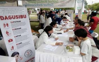 Para dokter sedang memberikan layanan kesehatan gratis kepada warga Kota Palangka Raya, Minggu (12/11/2017)