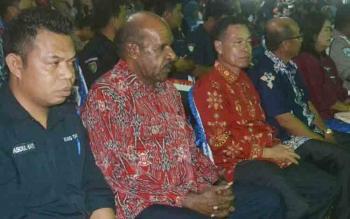 Bupati Sakariyas didampingi Ketua DPRD Ignatius Mantir L Nussa dan Ketua Karang Taruna Kalteng Abdul Hafiz saat menghadiri festival musik dan pasar rakyat, Sabtu (11/11/2017) malam