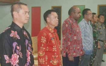 Bupati Sakariyas (dua dari kiri) saat menghadiri pelantikan anggota panwascam di Hotel Katingan, Sabtu (11/11/2017)