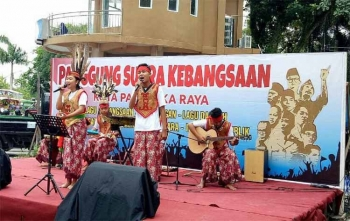 Para muda mudi mebawakan seni khas daerah di Panggung Suara Kebangsaan yang digagas Kebangpol Kota Palangka Raya