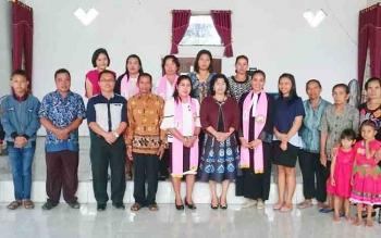 Anggota DPRD Gunung Mas Pendeta Rayaniatie Djangkan (tengah) foto bersama saat beribadah di GKE Efata Tewai Baru, Minggu (12/11/2017)
