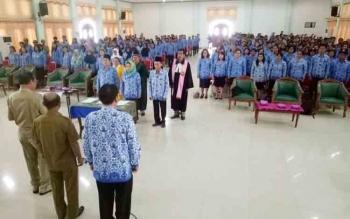 Ratusan PNS dilingkup Disdikbud Gumas melakukan pengambilan sumpah dan janji di GPU Damang Batu Kuala Kurun, Senin (13/11/2017)