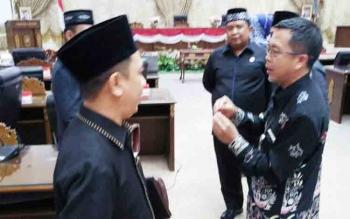 Sejumlah anggota DPRD Barito Utara saat berbincang bersama kepala Disdagrin