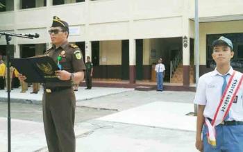 Kepala Seksi Penerangan Hukum, Rustianto saat menjadi inspektur upacara bendera di SMAN 2 Palangka Raya, Senin (13/11/2017)