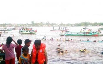 Ribuan warga saat mengikuti kegiatan tradisi Mandi Safar di Sungai Mentaya beberapa waktu lalu
