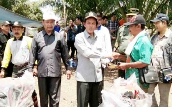 Anggota Komisi IV DPR RI asal Kalteng, Hamdhani, saat menyerahkan alsintan di Desa Bakonsu, kecamatan Lamandau pada 2016