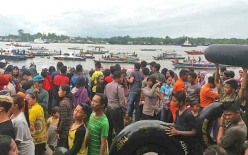 Ribuan warga saat memadati Dermaga Habaring Hurung dalam kegiatan Mandi Safar beberapa waktu lalu.