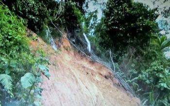 Tampak tebing kanan kiri jalan negara di kecamatan Delang tergerus dan longsor, belum lama ini.