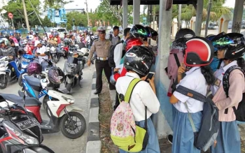 Puluhan siswa ditilang saat razia yang dilaksanakan aparat Polres Palangka Raya, Senin (13/11/2017)