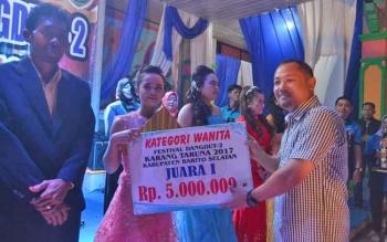 Bupati Barsel, Eddy Raya Samsuri menyerahkan hadiah kepada juara I putri