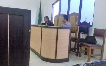 Rendra Paranandeng (32) terdakwa kasus illegal mining, saat jalani persidangan di PN Sampit, didampingi kuasa hukumnya Yapet Kurniawan.