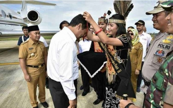 Menteri Pertanian Andi Amran Sulaiman saat tiba di Bandara Tjilik Riwut, Palangka Raya, Kalteng, Senin (13/11/2017).