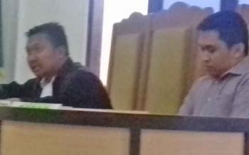 Rendra Paranandeng (32) terdakwa kasus illegal mining didampingi kuasa hukumnya.