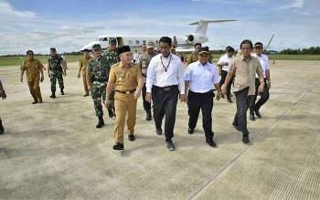Gubernur Kalteng Sugianto Sabran menyambut kedatangan Menteri Pertanian Andi Amran Sulaiman di Bandara Tjilik Riwut, Palangka Raya, Senin (13/11/2017).