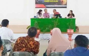 Prof. Sulmin Gumiri asal UPR selaku moderator, sedang berbincang dengan dua narasumber asal Universitas Kyoto Jepang, saat sesi tanya jawab seminar, karena bahasa pengantar yang berbeda dgn penanya