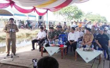 Bupati Pulang Pisau Edy Pratowo saat menyampaikan paparan saat kunjungan Menteri Pertanian RI Andi Amran Sulaiman. Hadir juga Gubernur Kalteng Sugianto Sabran, Danrem 102/Pjg Kolonel Arm M.Naudi Nurdika, dan Anggota DPR RI Hamdhani.