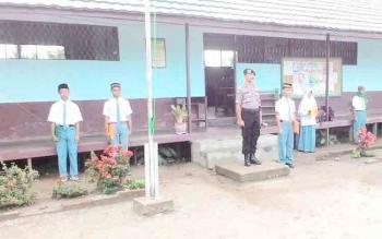 Kapolsek Pulau Petak Ipda Catur Winarno BI menjadi inspektur upacara di SMAN 1 Pulau Petak, Selasa (14/11/2017)