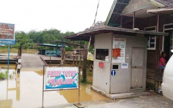 Sungai Kahayan meluap yang mengakibatkan fery penyebrangan di Kuala Kurun tidak bisa beroperasi, Selasa (14/11/2017)