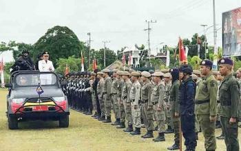 Gubernur Provinsi Kalimantan Tengah, Sugianto Sabran naik mobil untuk mengecek pasukan saat HUT Brimob di Batalyon 631 Antang, Palangka Raya, Selasa (14/11/2017)