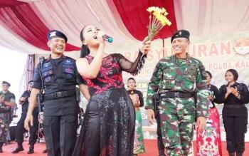 Tantri, vokalis Kotak saat menghibur ratusan anggota TNI dan Polri di halaman Yonif 631 Antang, Selasa (14/11/2017).