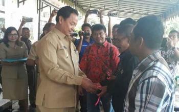 Wakil Bupati Lamandau, Drs. H. Sugiyarto, saat menyerahkan kick stater alsintan bantuan pemerintah pusat kepada perwakilan kelompok tani di Lamandau, Selasa (14/11/2017)