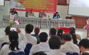 Ketua DPRD Gunung Mas Gumer (kiri) saat menghadiri pelantikan anggota Panwascam, Senin (13/11/2017).