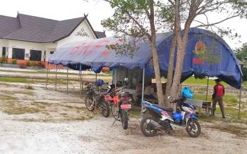 Posko siaga bencana banjir di halaman kantor BPBD Gunung Mas