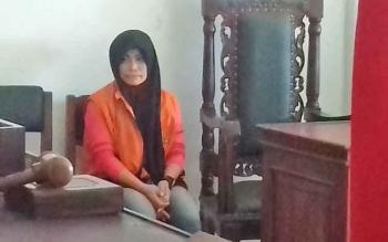 Warti, alias Wati, terdakwa kasus sabu saat menjalani persidangan di Pengadilan Negeri Sampit, Selasa (14/11/2017).