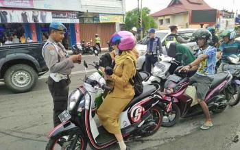 Sejumlah polisi memeriksa kelengkapan pengendara saat Operasi Zebra Telabang, Selasa (14/11/2017).