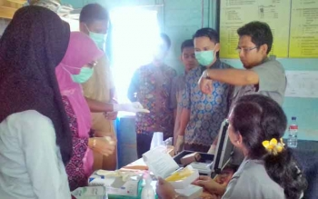 Saat Kepala Desa Mambulau Alfiannor dan tim ahli dari BPOM melakukan pengujian makanan yang ada di Desa Pulau Mambulau.