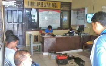 Sejumlah pemilik gedung walet saat mengecek alat dan mesin yang hilang di Polsek Katingan Hilir, Kabupaten Katingan, Selasa (14/11/2017).