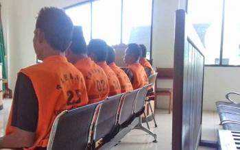 Enam terdakwa kasus judi bingo saat menjalani persidangan di Pengadilan Negeri Sampit, Selasa (14/11/2017).