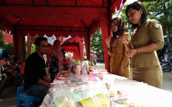 Dua orang pembeli saat memilih jajanan tradisional Kotim yang digelar di depan Ikon Jelawat, dalam rangka Mandi Safar, Selasa (14/11/2017).