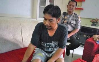 Supian didampingi Kabag Ops Polres Palangka Raya, Kompol Purwanto memberikan keterangannya.