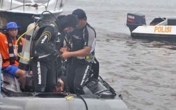 Sejumlah anggota ditpolair saat latihan menyelam.