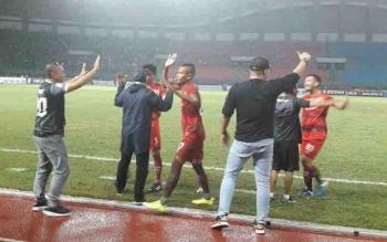 Pemain dan manajemen Kalteng Putra bersebrasi usai meraih kemenangan dalam laga melawan Persis Solo.