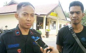 Kapolsek Katingan Hilir Iptu Nurheriyanto Hidayat didampingi anak buahnya.