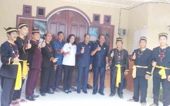 Bupati Gumas Arton S Dohong dan ketua DPRD Gumas Gumer menyempatkan foto bersama dengan Basir saat upacara Tiwah di Desa Tanjung Karitak, Kecamatan Sepang, Rabu (15/11/2017).