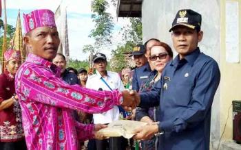 Bupati Gumas Arton S Dohong menyerahkan bantuan untuk panitia Tiwah di Desa Tanung Karitak, Rabu (15/11/2017).