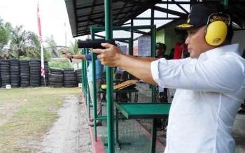 Gubernur Kalimantan Tengah, Sugianto Sabran mengikuti lomba menembak di Yonif 631 Antang, Rabu (15/11/2017)