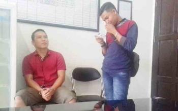 Adi Amrullah alias Adi (duduk) tersangka kasus curat saat berbincang dengan rekannya.