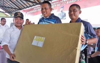 Gubernur Kalteng, Sugianto Sabran menyerahkan hadiah kepada Kapolda Kalteng, Brigadir Jenderal Anang Revandoko berikut ke Danrem 102 Panju-Panjung Kolonel Arm M Naudi Nurdika.