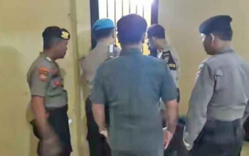 Kepala Unit SPKT III Polres Kapuas Aiptu Mursito memeriksa ruang tahanan Polres didampingi petugas piket, Rabu (15/11/2017).