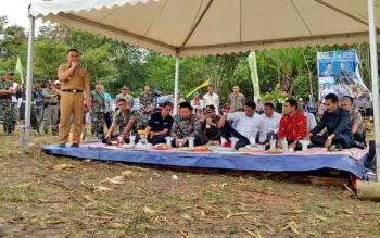 Gubernur Kalimantan Tengah, Sugianto Sabran saat menyampaikan tantangannya kepada Bupati Nadalsyah untuk penambahan luasan pertanian jagung