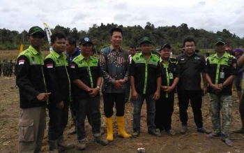 Bupati Nadalsyah bersama anggota Radio Antar Penduduk Indonesia Kabupaten Barito Utara, Rabu (15/11/2017).