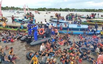 Ribuan masyarakat tumpah ruah di Sungai Mentaya mengikuti kegiatan Mandi Safar.