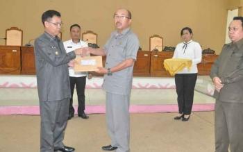 Bupati Katingan Sakariyas menyerahkan Dokumen Pengantar Nota Keuangan dan Raperda APBD 2018 kepada Ketua DPRD Ignatius Mantir L Nussa.