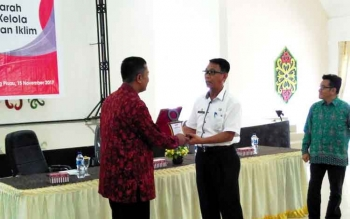 Cinderamata dari Kemitraan/Partnership for Governance Reform yang diserahkan oleh Peneliti Kemitraan, Hery Sulistio kepada Plt Sekda Pulang Pisau Saripudin, saat pembukaan Forum Diskusi Terarah Pengukuran Tata Kelola Ketahanan Perubahan Iklim, Rabu (15/11
