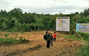 Warga melihat denah lahan yang akan dijadikan kuburan muslim di Desa Luwe Hulu, Kecamatan Lahei Barat, Kabupaten Barito Utara.
